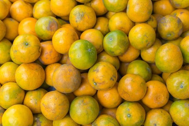 Orange für verkauf am thailändischen straßenlebensmittelmarkt