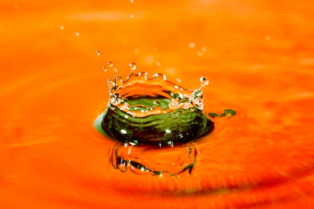 Orange gelbes abstraktes wasser mit spritzer