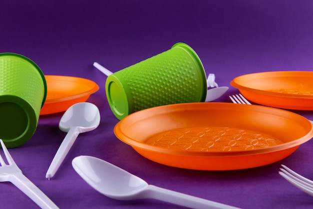 Orange grüne plastikabfallsammlung auf purpur