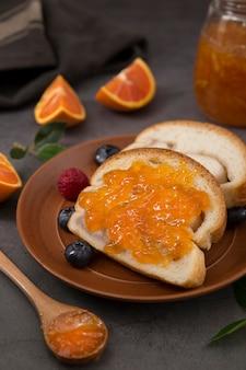 Orange hausgemachte köstliche marmelade hohe ansicht