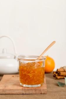 Orange hausgemachte köstliche marmelade in einem glas
