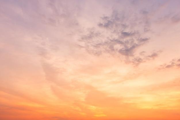 Orange himmelbeschaffenheit mit weiß bewölkt sonnenuntergang.