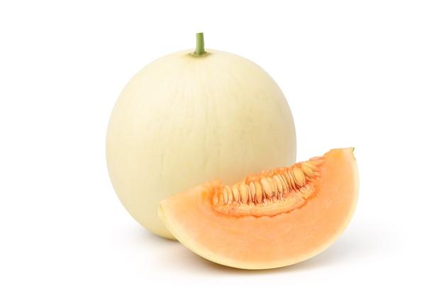 Orange honigtau-melone mit scheibe lokalisiert auf weißem hintergrund. beschneidungspfad.