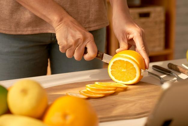Orange in scheiben schneiden
