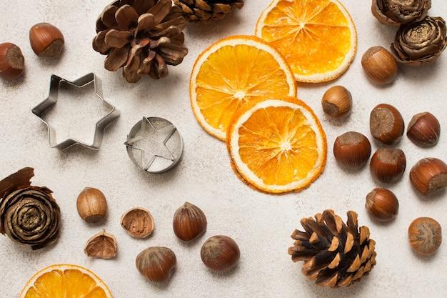 Orange, kastanien und kochutensilien auf dem tisch