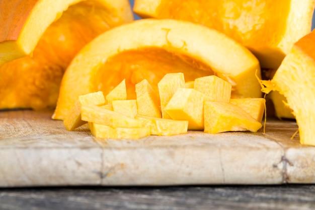 Orange kürbis auf dem boden