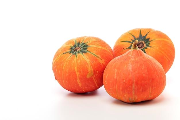 Orange kürbis auf weißem hintergrund