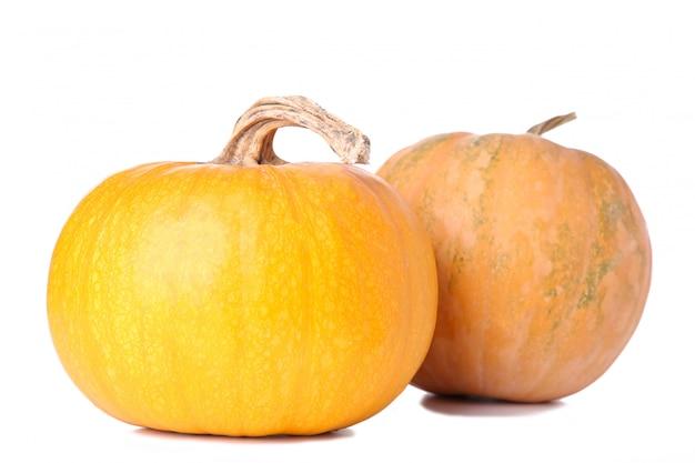 Orange kürbis getrennt auf einem weißen hintergrund