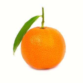 Orange mandarine mit grünem blatt auf weißem hintergrund