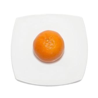 Orange mandarine mit platte isoliert auf weiß.