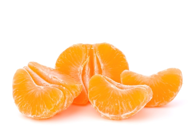 Orange mandarine oder mandarine frucht isoliert auf weißem hintergrund