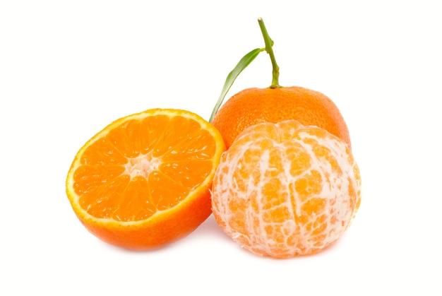 Orange mandarinen mit grünem blatt auf weißem hintergrund