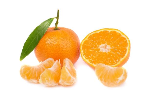 Orange mandarinen mit grünem blatt lokalisiert auf weißem hintergrund
