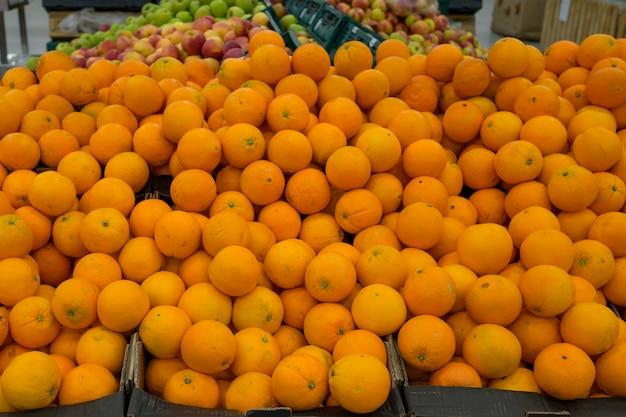 Orange mandarinen und clementinen in plastikboxen in einem lebensmittelgeschäft