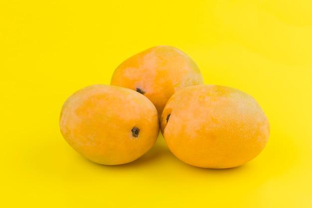 Orange mango auf gelbem grund