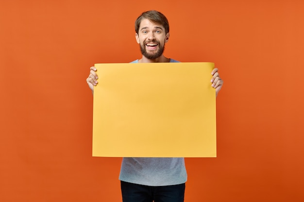 Orange marketingblatt des männlichen marketingplakatwerbemodells