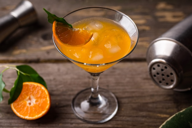 Orange martini cocktail im rustikalen stil
