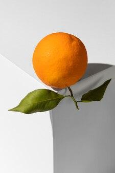 Orange mit blättern auf dem podium
