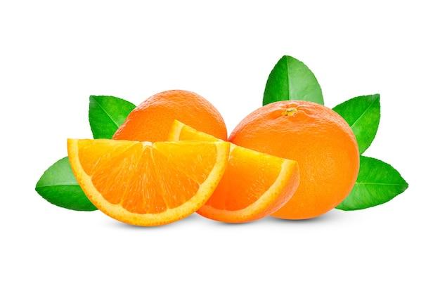 Orange mit blättern lokalisiert auf weiß.