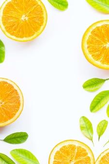 Orange mit den grünblättern lokalisiert auf weißem hintergrund.