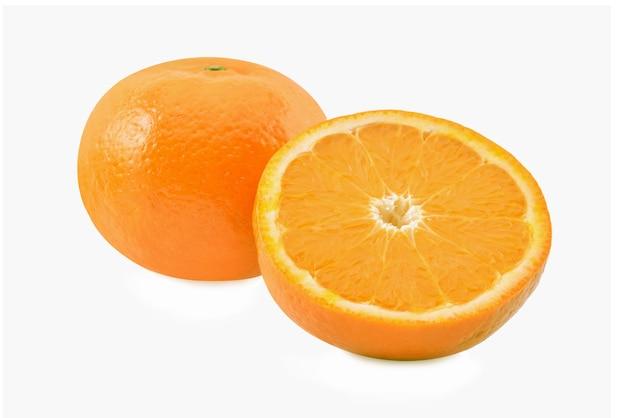 Orange mit der hälfte der orange auf weißem hintergrund