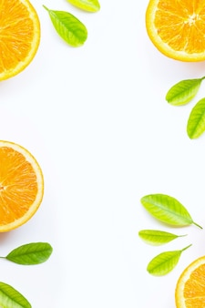 Orange mit grünen blättern lokalisierte hintergrund