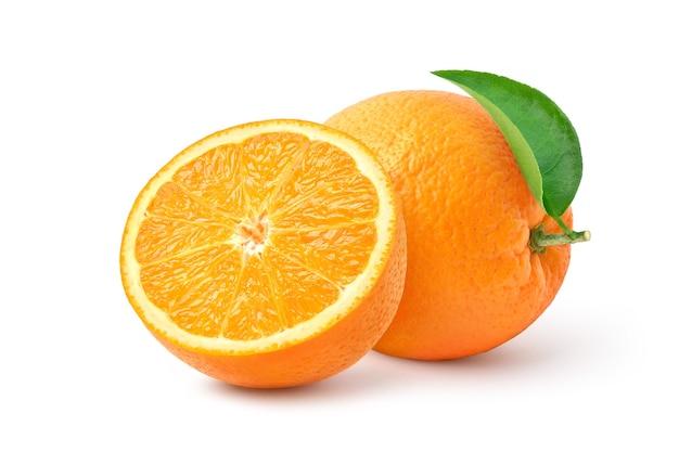 Orange mit halbiertem schnitt und grünem blatt isoliert