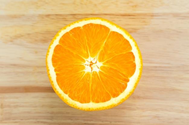 Orange mit scheiben auf holzschneidebrett