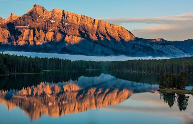 Orange mountain reflection im minnewanka-see