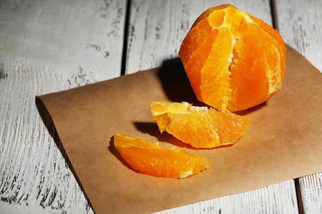 Orange ohne haut auf holzoberfläche