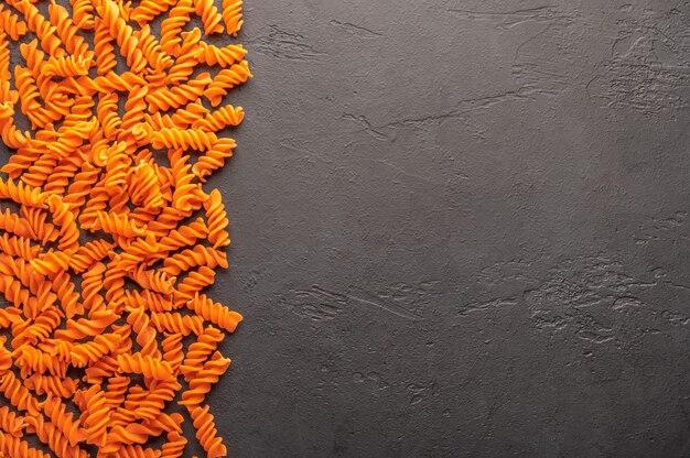 Orange pasta konzept auf dunkel