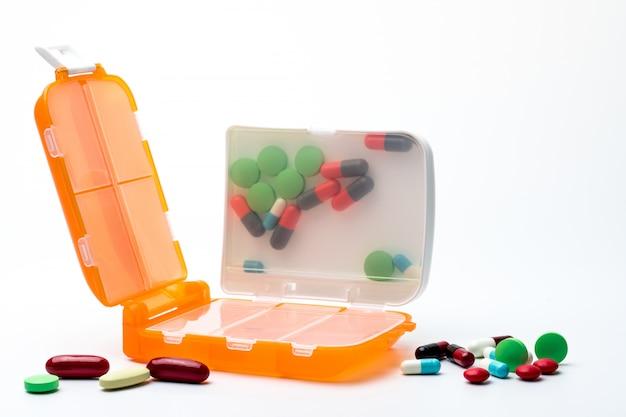 Orange pillen box mit tabletten und kapselpillen