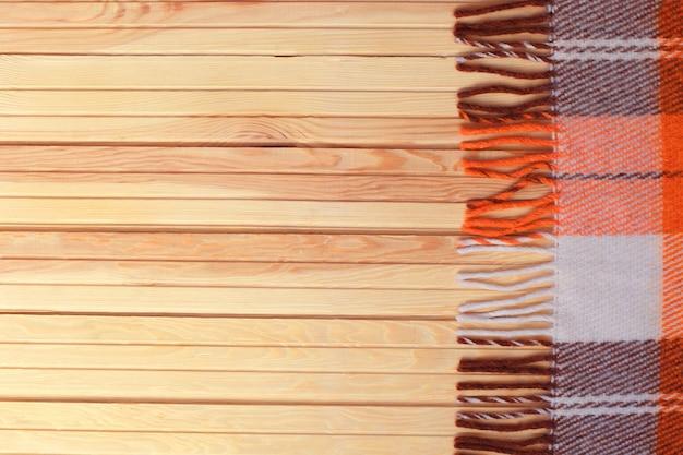 Orange plaid in einem käfig auf einem woodenbackground.