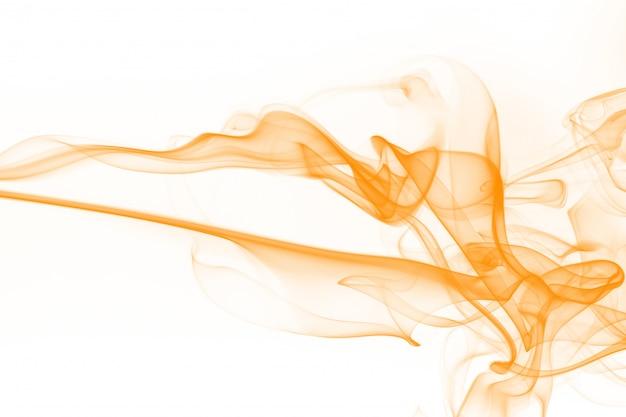 Orange rauchzusammenfassung auf weißem hintergrund. tinte wasserfarbe