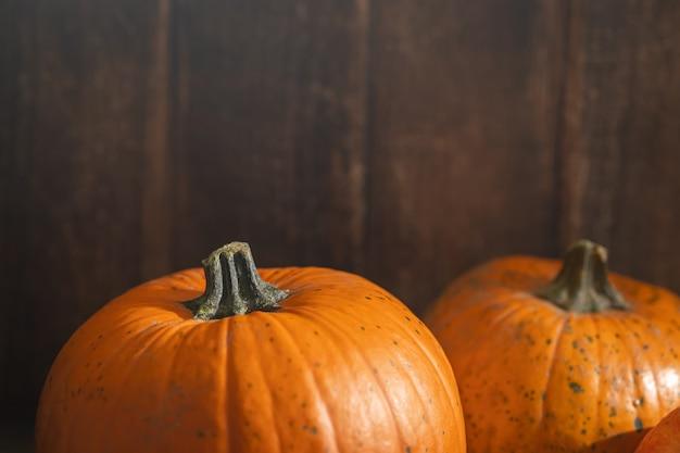 Orange reife kürbisse ein symbol für halloween und erntedankfest, herbsternte auf holzuntergrund