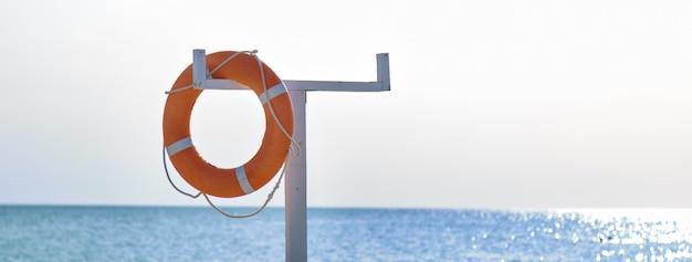 Orange rettungsleine auf dem deck des bootes. konzentrieren sie sich auf die lebensader