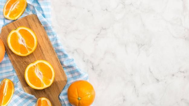 Orange scheiben auf hölzernem brett mit kopienraum