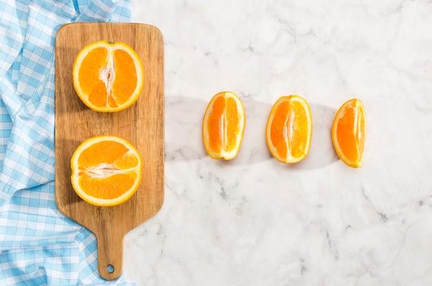 Orange scheiben auf hölzernem hackendem brett