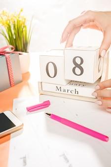Orange schreibtisch mit tasse telefon, geschenk, blumen und notizbuch