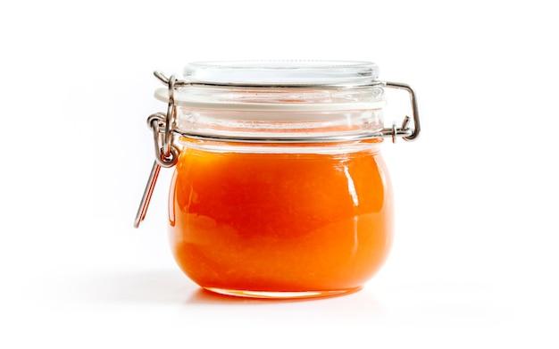 Orange selbst gemachte marmelade im transparenten glasgefäß