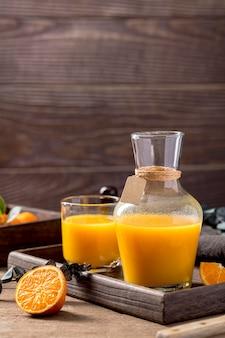 Orange smoothie-anordnung der vorderansicht