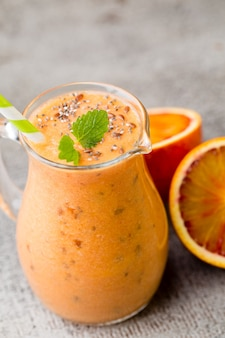 Orange smoothie dekor minze blätter.