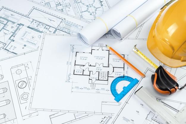 Orange sturzhelm, bleistift, architekturbauzeichnungen, maßband