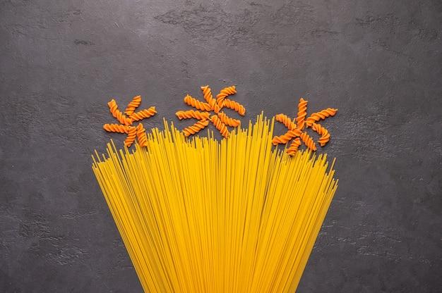 Orange und gelbe makkaroni-spaghetti
