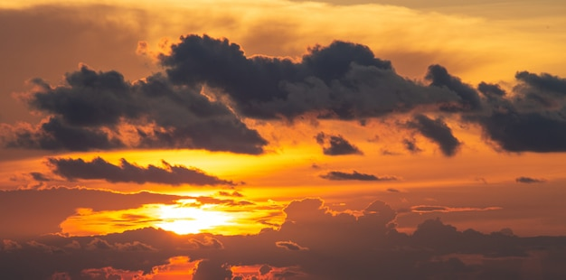 Orange und roter sonnenuntergang- oder sonnenaufganghimmel der dramatik mit wolke