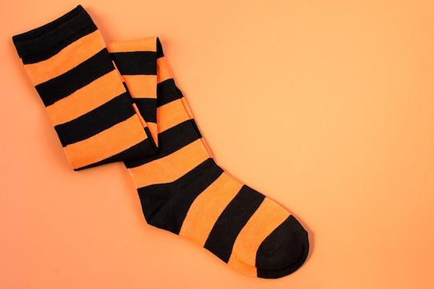 Orange und schwarze socken für halloween