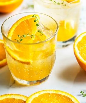 Orange und thymian hineingegossenes wasserrezept