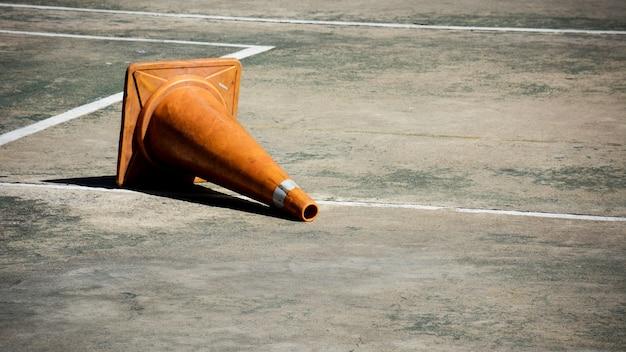 Orange verkehrskegel, die auf dem konkreten boden liegen