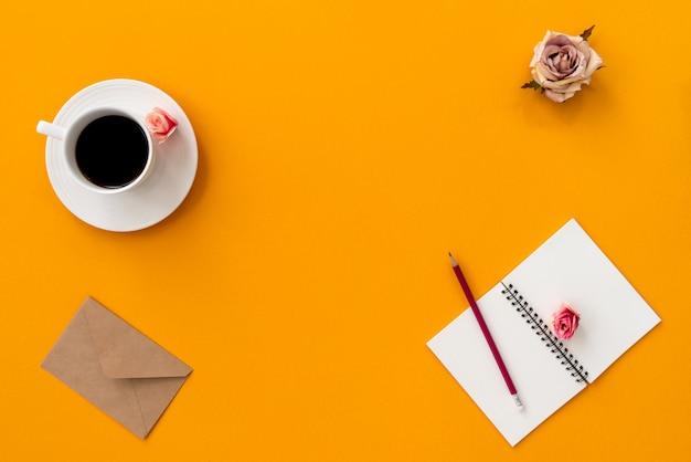 Orange vintage notizbuch des raumes mit kaffee und bleistift