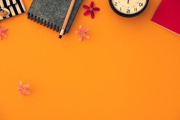 Orange vintage notizbuch des raumes mit uhr